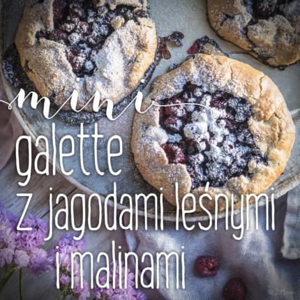 mini galette z jagodami leśnymi i malinami